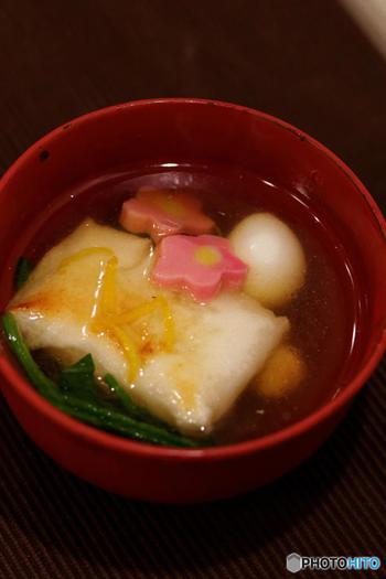 お餅は大きく分けて丸餅と角餅の2種類に分かれます。 写真は関東風の角餅。東は角餅、西は丸餅とだいたい日本列島が半分で分かれているのが不思議ですね。  丸餅は京風、角餅は江戸風の文化の影響を受けたからという説もあります。