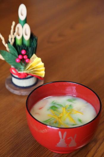 関西を中心とした白みそ、北陸の一部で赤みそ、中国地方では小豆汁がお雑煮というところも。 岐阜から東と九州地方はお醤油のすまし汁の地域が多いようですが、すまし汁の決め手とも言えるダシの取り方で個性が発揮されます。