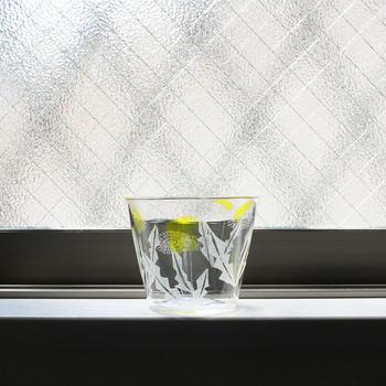 キルンワークというガラスの加工技術を使った、たんぽぽが印象的なグラス。岡山県の安達知江さんの作品です。小さめサイズで手に取りやすく、窓辺などに置けば、まるでインテリアのよう。