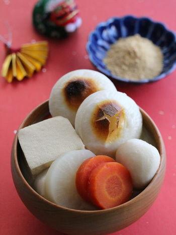 丸餅(焼)+味噌仕立て+きなこ 【具材】頭芋(ヤツガシラ)・豆腐・コンニャク・ニンジン・大根など。  煮込んだお餅を取り出して砂糖入りのきなこをまぶして食べます。 甘じょっぱがたまらない。