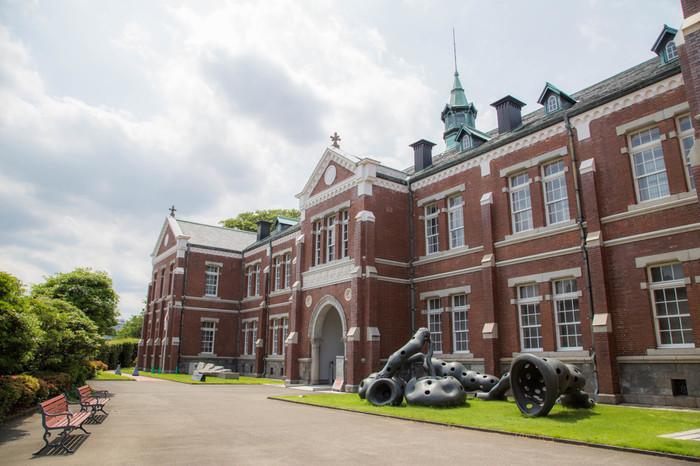 皇居のすぐそばに位置する北の丸公園の中にある美術館です。明治43年に造られた建物は、かつて近衛師団司令部庁舎だったもので、現在は、国の重要文化財に指定されています。