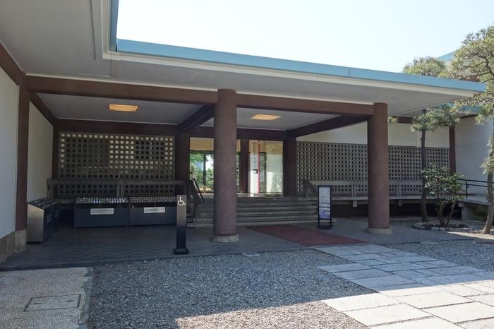 世田谷区上野毛(かみのげ)にある「五島(ごとう)美術館」。現在の東急グループの創業者である五島慶太が蒐集した、国内外の古美術を所蔵しています。代表する美術品は、国宝「源氏物語絵巻」や「紫式部日記絵巻」など。