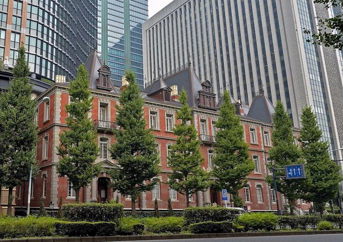 JR東京駅から徒歩約5分、都会のただなかにあってひと際目を引くレンガ造りの建物が「三菱一号美術館」です。建物が建設されたのと同時代である19世紀末頃に描かれたロートレックやルドンの絵画をはじめ、主に西洋美術を所蔵しています。