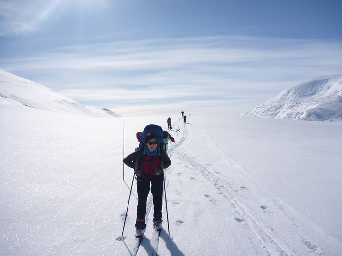 スウェーデンはクロスカントリーがとても盛んな国で、首都のストックホルム近郊でも冬にはマラソン代わりにクロスカントリーをしている人を良く見かけます。寒さは厳しいですがこんな一面の雪景色を滑るのは気持よさそうですね。