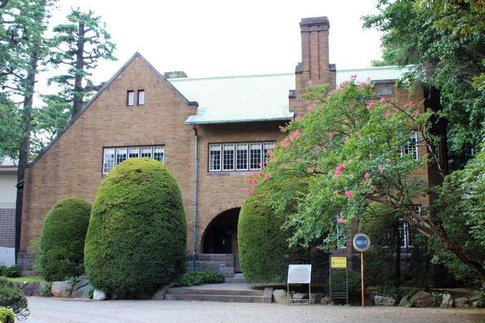 同じ敷地内に建つ「静嘉堂文庫」は、大変貴重な和漢の古典籍を保存している専門図書館。残念ながら非公開ですので、外観をじっくりと鑑賞しましょう。桜井小太郎の設計による、スクラッチタイル張りの建物は、すっきりとした気品あふれる趣きがあります。