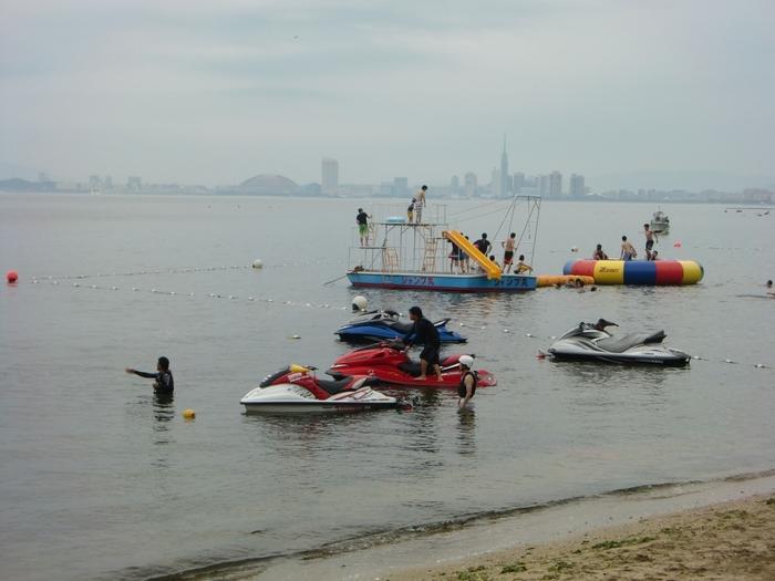 海には飛び込み船「ジャンプ丸」やトランポリンが浮かんでいて、誰でも遊ぶことができます。ジェットスキーに引かれながら、海を突き進むバナナボートはスリル満点!対岸にヤフオクドームや福岡タワーが見えるのもなんだか新鮮ですね。