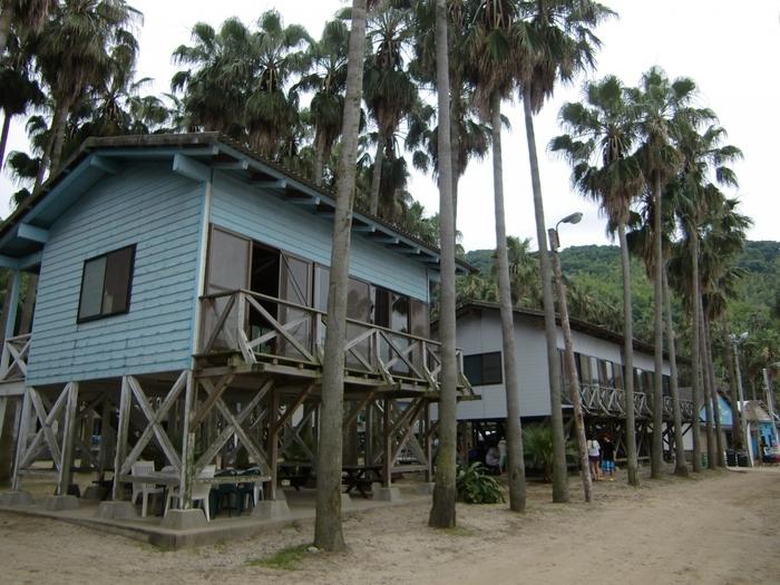 キャンプ村なので宿泊も可能です。自前のテントを持ち込んだり、常設のものや木造のバンガローを利用しても◎