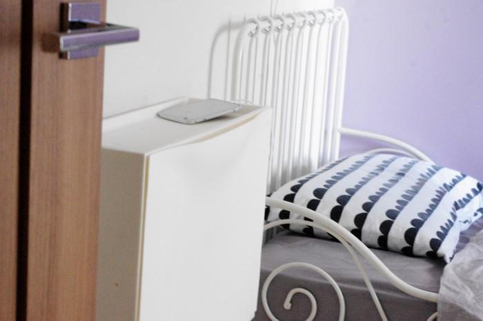 ベッドサイドにもぜひ欲しい充電ステーション。そこで、壁に取り付けたIKEAの「TRONES シューズキャビネット」の側面にコンセントタップを貼付けて充電用に。
