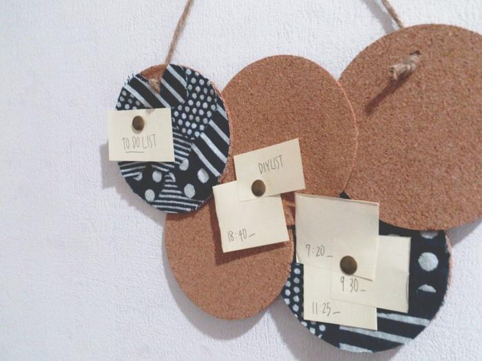 糸も針も使わずボンドで貼り付けるだけと簡単!コルクボードやコースターに余ったカットクロスを貼り付けたボード。家族で共有したいプリントやメモの収納に便利です。