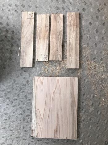 木材は自分でカットしても良いですし、ホームセンターなどで好みのサイズにカットしてもらうと簡単です。組み立てる前に好きな色にペイントしておきましょう。