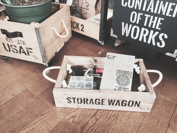 木箱にヒモやキャスターを付ければ使い勝手の良い収納ボックスに◎ヒモやロープを通す穴を開けるのは慣れるまで難しいかもしれませんが、ツーバイフォー定規とドリルビットで丁寧に開けていきましょう。大きなサイズで木箱を作れば衣装ボックスとしても使えそうですね。