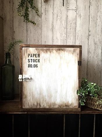 扉付きの収納ボックスです。廃材を上手く利用して作られていて、アンティーク風の塗装や鍵に雰囲気があって素敵ですよね。余った板の使い方もとても参考になります。