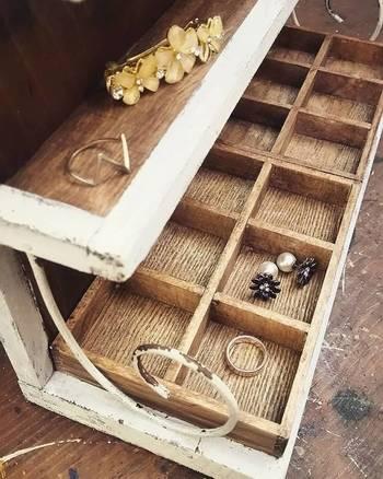 絡まりやすいネックレス、ピアスや指輪など細々したアクセサリーも専用収納棚を作ってすっきりさせたいですよね。一面に並べられるので一目瞭然で取り出しやすくなっています。