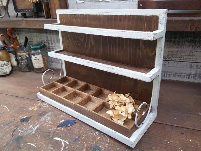小さな収納ボックスを作るなら、材料は100円ショップを利用してみましょう。角材や板、仕切り付きトレイなど大抵の材料が揃えられるんですよ。ほとんど木工用ボンドで接着するので、工程も簡単♪