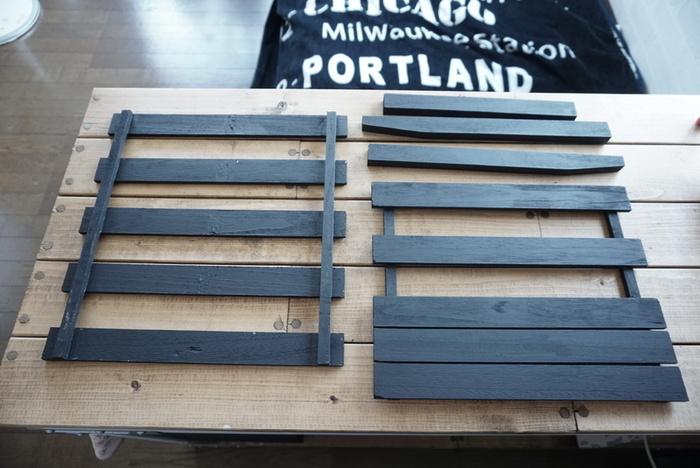 100円ショップでも揃えられるすのこを2枚使って。表になる部分は板の配置を変えてステンシルしています。