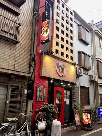 有楽町線の月島駅から歩いて約5分、赤と黒の壁が見えたら『錦(にしき) 本店』に到着です。テレビでも紹介されることのある人気店なので、見覚えがある方もいらっしゃるかも知れませんね。