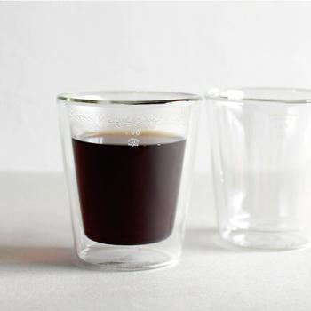 日常と非日常の境界をインテリアとして空間に描き出すデザインプロダクト「PUEBCO(プエブコ)」の耐熱ガラスのカップ。二重構造なので、熱が和らぎ、持ちやすいのが特徴です。飲み物を入れたときに二層に分かれているのがはっきり分かり、とても面白いデザインです。