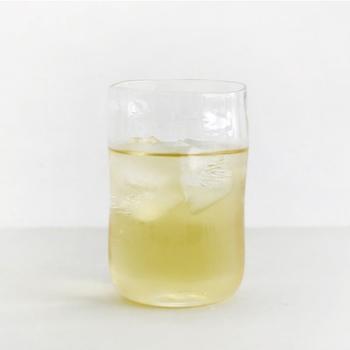 """""""ありのままの、美しいくらし""""をコンセプトにした、ポーランドのジェネラル・ライフスタイルブランド「Ouur(アウアー)」の歪みグラス。手になじみ、ひとつひとつ表情の異なるグラスは、使うほど愛着がわいていきます。"""