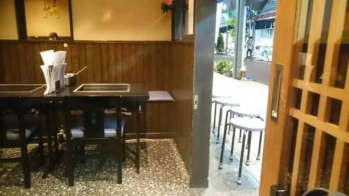テーブル席が40席ほどある店内。大きめのテーブルなので、隣を気にせずお食事を楽しむことができますね。
