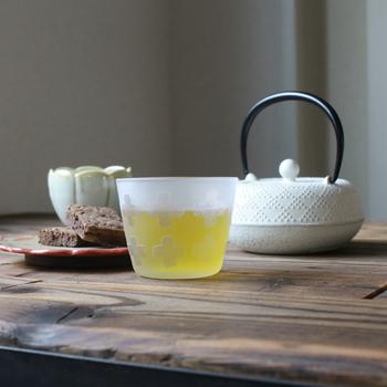お酒やドリンク、冷茶など和にも洋にも使える、クロス柄のグラス。サンドブラストという製法で作られた特徴的なデザインです。重ねて置けるのも魅力です。