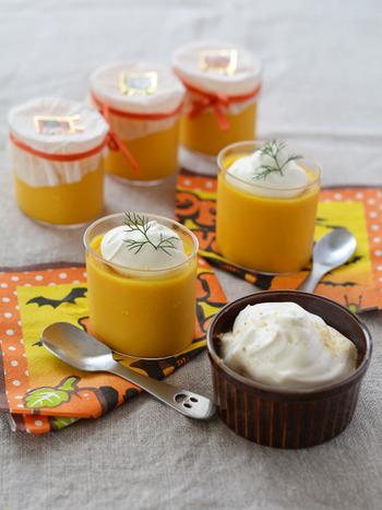 卵をつかわずゼラチンでつくるプリンのレシピ。なめらかさが重要なので、かぼちゃを裏ごしするときは、ブレンダーやミキサーがあると便利。トッピングにジンジャーパウダーを加えることで、ぐっと大人な味わいになりますよ♪