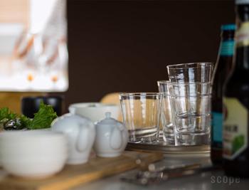 """「東屋」の宙吹き(ちゅうぶき)グラス。型を使わない宙吹きは手間がかかりますが、ひとつとして同じものがなく、独特の味わいがあります。""""完成度の高い普通""""にこだわった逸品です。"""