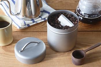 つや消し加工を施した工房アイザワのコーヒー缶。蓋にシンプルな取っ手がついていて、クールなアクセントになっています。