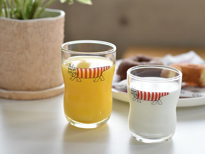 """スウェーデンの陶芸家「リサラーソン」が描く、人気キャラクター""""マイキー""""の「つよいこグラス」。ガラスは割れるからこそ大切に扱おうという食育のもと作られたグラスですが、そのおしゃれさは大人にもおすすめ。プレゼントにも。"""