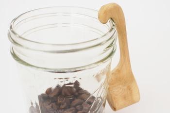 柄の部分がカーブしていて、キャニスターやフックなどにひっかけておけるコーヒーメジャーです。木のメジャーは使い込むことで味わいを増していきます。