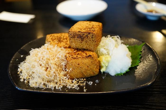 お蕎麦はもちろん、こちらのお店では江戸時代の「地酒を嗜み、蕎麦で〆る」という蕎麦屋酒をコンセプトにしているため、お酒やおつまみのメニューが豊富。