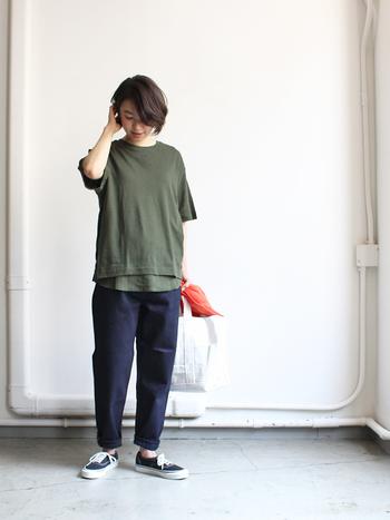 暑いけれど、季節感を取り入れたい…!そんな時は、半袖Tシャツをアースカラーにチェンジするだけで、ぐっと秋らしいデニムスタイルになります。