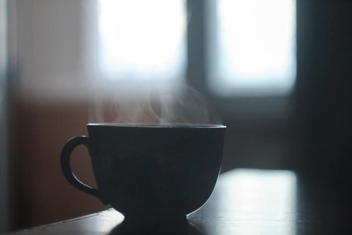"""健康・美容効果で話題の「白湯」は、基礎代謝がUPする嬉しい飲み物。そんな白湯を飲むタイミングとして、実は最も適しているのが""""朝""""なんです。人間は寝ている間に、コップ1杯分の汗をかくと言われています。お肌も体内も乾燥している朝に、水分をとるのはとても大切なことです。  しかも温かい白湯なら、身体を内側から温めてくれます。血行が良くなると胃腸の働きも活発になり、デトックス効果が期待できるそうです。体が冷えやすいこれからの季節、ぜひ朝の習慣に「白湯」取り入れてみませんか?"""