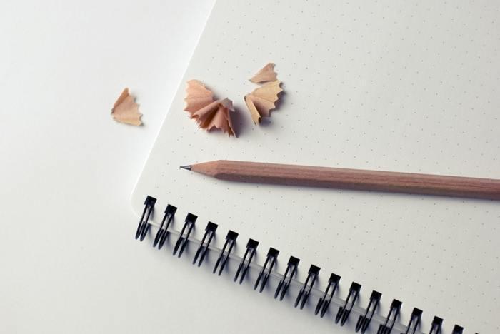 """「朝活を始めてみたけど、なかなか続かない…」という方は、""""朝活手帳""""を習慣にしてみませんか?たとえば、やりたいことをリストアップしたり、実際にやり遂げたことをメモしたり。目標や達成できたことを日記風に記録しておくと、自然と早起きのモチベーションも上がりますよ☆"""