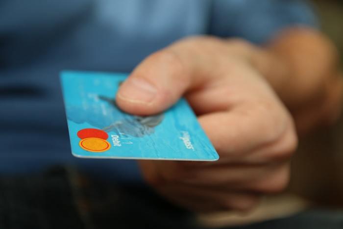 現金を持ち歩かない人が多く、支払いは銀行発行のデビットカード。通帳は存在しない代わりに、毎月1度郵便で口座の出入金履歴が送られてきます。