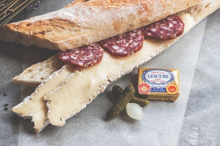 豊かな自然に恵まれているので気軽にピクニックを楽しめます。バゲットをパン屋で数本買い、ハムとトマトやチーズを挟んでおしまいのシンプルなサンドイッチ。ワインも欠かせません。