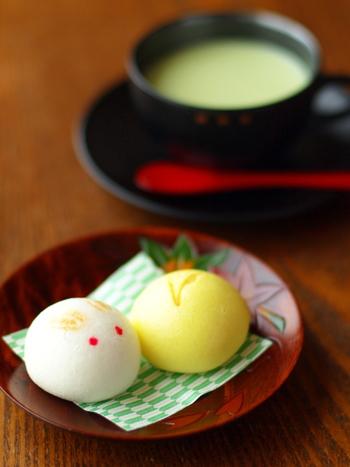 日本では、すすきや秋の七草を飾って、月見団子をお供えしますよね。また、収穫したお芋や栗などの野菜も一緒にお供えして、秋の豊かな収穫を祈ります。