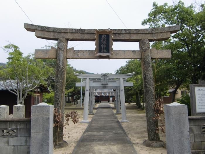 """能古島渡船場から歩いて10分弱の場所にある「白鬚神社」は、能古島の守り神として知られています。""""神功皇后が住吉の神霊を残した島なので残島(のこのしま)になった""""といういわれがあります。"""