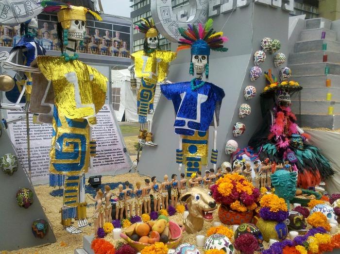 元来メキシコでは祖先のガイコツを飾る習慣があり、その名残で死者の日は様々な場所でガイコツを見かけます。 オフレンダはお墓だけでなく街中にも飾られ、骸骨をモチーフにした様々な食べ物、雑貨がお店に並びます。人々も骸骨のフェイスペイントなど死者の仮装をして街を出歩きます。死者を想いながらも、そこは南米らしく明るく陽気に祝うのが現代の死者の日の祝いかたです。