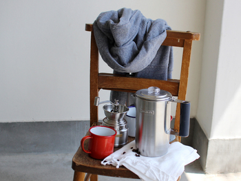 より手軽にアウトドアコーヒーを楽しむなら、パーコレーターを使った抽出方法がおすすめ。お湯を沸かして挽いたコーヒー豆をセットし、直火にかけるだけで、簡単にコーヒーが完成します。ただし、高温で抽出するため、強めの味わいに仕上がるのが特徴です。