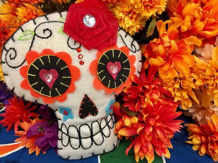 「死者の日」は2500年ほど前にメキシコから始まった現代では様々な形で世界中に広まっている祝日のことです。 毎年10/31~11/2の間に様々なセレモニーが行われています。この期間には死者の魂が戻ってくると言い伝えられ、家族や友人が集まって亡くなった友人や家族に祈りをささげる、日本でいうお盆にあたる祝日です。  しかし日本のお盆とは全く雰囲気が異なっています。多くの人々が墓地に訪れ、死者のお墓にオフレンダと呼ばれる祭壇を作り、オモチャやテキーラの瓶、メキシコ伝統のアトーレという飲み物など故人が好きだったものをお供えします。そして鮮やかなオレンジが美しい、たくさんのマリーゴールドをお墓や祭壇に埋め尽くします。