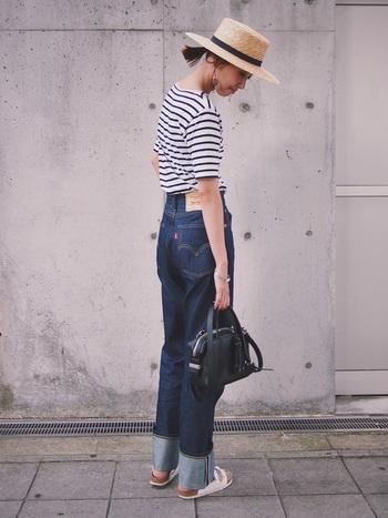 定番のボーダーTシャツに太めにロールアップしたデニムパンツを。上品な麦わら帽子とバッグでカジュアルダウンさせると大人っぽい夏コーデが作れます。
