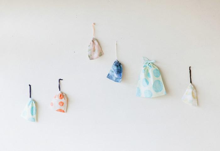 基本の巾着袋は、シンプルな作りでかさばらず、とっても使いやすいです。 型紙どおりのサイズで生地が余っていなくても、ハギレに合わせて出来上がりの大きさを変えればOK! やや難易度の高いファスナー付けなども不要で、簡単に作れるので手芸初心者さんにもおすすめです。