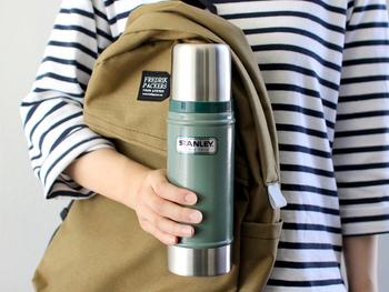 バーナーとケトルでお湯を沸かすのも面倒…という場合は、保温性の高い魔法瓶に熱湯を入れて持って行けばOKです。お湯ではなくコーヒーそのものを魔法瓶に入れれば良いのでは?と思う方もいるかもしれませんが、ホットコーヒーは酸化しやすく、すぐに風味が悪くなってしまうので、あまりおすすめできません。