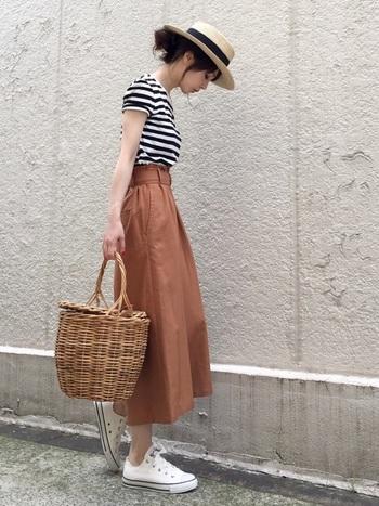 上品なコーラルピンクのスカートをメインに、カジュアルなボーダーTシャツを合わせたキュートなコーディネート♪白スニーカーや小物アイテムで夏らしさがプラスされていますね。