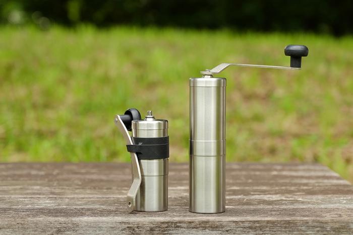 豆を挽くために使用するコーヒーミル。アウトドアで使用するなら、軽量でコンパクトなものがおすすめです。例えばこちらのコーヒーミルは、トールタイプが4.9cm×18.8cm、ミニタイプが5cm×13.2cmですので、屋外にも手軽に持って行くことができます。