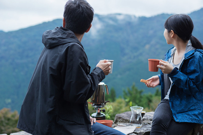 アウトドアコーヒーの楽しみ方とおすすめのアイテムをご紹介してきましたが、いかがでしたか?ドリップコーヒーやパーコレーター、フレンチプレスなど、さまざまな抽出方法があります。そのほか、コーヒーパックやコーヒーパウダーを使用して、より手軽にコーヒーを楽しむのもおすすめです。外の空気が気持ちの良い季節は、自分好みの方法でアウトドアコーヒーをぜひ楽しんでみてくださいね。