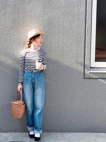ボーダーTシャツをデニムにタックイン!カジュアルなブルーデニムの足元にパンプスを合わせて、女性らしいキュートなコーディネートに。コロンとした丸みのあるカゴバックもコーデのアクセントとなり可愛いですね。