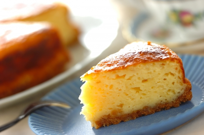 こちらはヨーグルトを使ったケーキです。ホットケーキミックスを使うので簡単にでき、底にビスケット生地を敷くことでより豪華なスイーツになっています。食べごたえがあるので、お腹が空いている時のおやつにもおすすめですよ♪