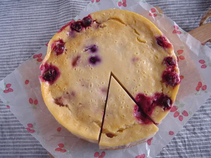 ヨーグルトはレアだけでなくベイクドチーズケーキにも使えます!クリームチーズと生クリームを使わないのでとってもヘルシー♪さっぱりしたチーズケーキが好きな人にも良いでしょう。