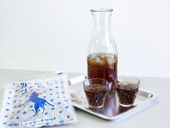 一方、アイスコーヒーなら比較的酸化しにくいので、自宅で作ったものを魔法瓶に入れて持って行くのもOKです。こちらのような「水だしコーヒー」なら、コーヒーパックを一晩水につけておくだけで、簡単においしいアイスコーヒーが作れます。
